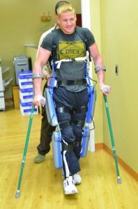 ReWalk-Gehilfe  im Einsatz. Foto: Argo Medical Technologies Ltd.