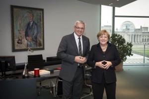 Bundeskanzlerin Angela Merkel empfängt Hubert Hüppe, Beauftragter der Bundesregierung für die Belange von Menschen mit Behinderung, im Arbeitszimmer