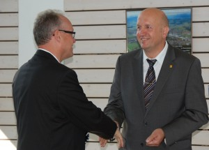 Alwin Baumann (rechts) bei der Verabschiedung des ehemaligen Krankenhausdirektors Hans-Jürgen Wolf  (links)