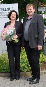 Susanne Halhuber mit Chefarzt Dr. Andreas Sackmann vor der Klinik