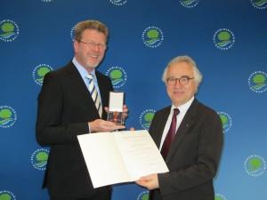 Staatsminister Dr. Marcel Huber (links) übergibt Prof. Gerhard Goebel den Bundesverdienstorden als Würdigung für dessen Leistungen und überaus großes Engagement für Tinnitus-Betroffene.