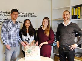 Foto (Pressestelle FHL): Das Team (v.l.: Christian Scheper, Talita Kühl und Ann-Kathrin Kann) mit Prof. Dipl.-Ing. Stephan Wehrig vor ihrem Modell