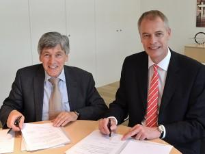 Ludger Peschkes (links im Bild)und Ulrich Köster unterzeichnen den Kooperationsvertrag.