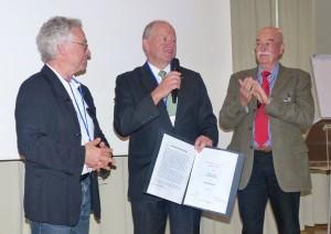 Prof. Dr. Gerhard Hesse (Mitte) wurde für seine besonderen Verdienste um die Deutsche Tinnitus-Liga e. V. zum Ehrenmitglied ernannt. Vizepräsident Prof. Dr. Gerhard Goebel (links) und Präsident Volker Albert (rechts) wurden im Amt bestätigt. Foto: DTL.