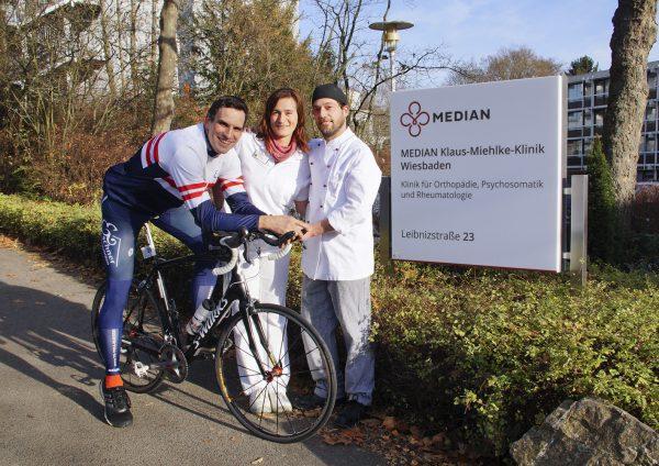 """Bildunterzeile: Ein gutes Team: """"Ironman"""" Ingo Rheinbay, Küchenleiter der MEDIAN Klaus-Miehlke-Klinik in Wiesbaden, mit Diätassistentin Sandra Rezac und Koch Stefan Hoh"""