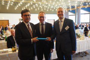 Prof. Dr. Marthin Karoff (li.) überreicht, begleitet vom Vorstandsvorsitzenden der DRV Westfalen Prof. Dr. Volker Verch (Mitte), den Staffelstab an seinen Nachfolger Prof. Dr. Frank C. Mooren