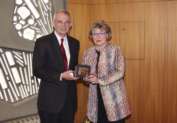 Dr. Martina Wenker Präsidentin der Ärztekammer Niedersachsen (äkn), übergab die Ehrenplakette an Prof. Dr. med. habil. Dipl. Psych. Rolf Meermann. Foto: MEDIAN