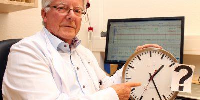 Bild: Wenn die innere Uhr aus dem Takt gerät, kann das für Schlafstörungen sorgen. Dr. Wilfried Böhning will Betroffenen helfen. Foto: Heiko Appelbaum