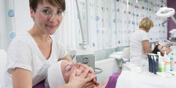 Die Umschulung zum/zur Kosmetiker/-in ist sehr praxisorientiert. © BFW Leipzig