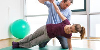 """Übung zur Rumpfstabilisierung bei der Physiotherapie. Quellenangabe: """"obs/Wissenschaftliches Institut der AOK/AOK-Mediendienst"""""""