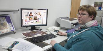 Julia Herrler will durch eine Umschulung in zwei Jahren nach ihrem Ausstieg als Altenpflegerin den Einstieg ins Verlagswesen als Mediengestalterin schaffen. © M. Lindner, BFW Leipzig