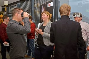 """""""Digitalisierung 4.0"""" erleben: Die Teilnehmer des zweitägigen Workshops mit der DB Netz AG sind fasziniert von den VR-Brillen, die bei der Planung von Großprjekten der Bahn eingesetzt werden. © J. Geißler, BFW Leipzig"""
