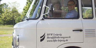 Am 20. Juli ist der weiße BARKAS als Infomobil des BFW Leipzig in Sachen Beratung zur beruflichen Rehabilitation in Oschatz unterwegs. © A. Starke, BFW Leipzig