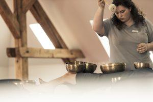 Die Klangschalentherapie an der MEDIAN Klinik Bad Colberg wird mit Messingschalen von eigens geschultem Personal durchgeführt.