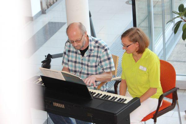 Klavier spielend zurück ins Leben kehren - Reha in der Waldburg-Zeil Klinik in Bad Wurzach hilft dabei
