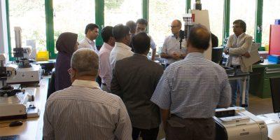 Die Delegation aus Bangladesch interessierte sich für die verschiedenen Aspekte der beruflichen Rehabilitation. Hier im Meßraum der Qualitätsfachleute des BFW Leipzig. © M. Lindner, BFW Leipzig