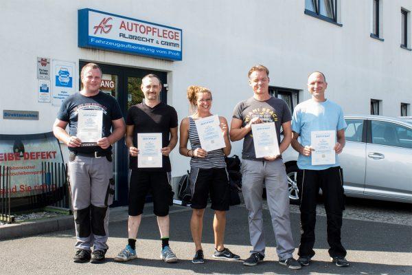 Die fünf glücklichen Absolventen aus dem BFW Leipzig, die mit sehr guten Ergebnisse die Prüfung zur Fachkraft für Fahrzeugaufbereitung bestanden haben. © M. Lindner, BFW Leipzig