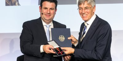 Aus den Händen des Bundesministers für Arbeit und Soziales, Hubertus Heil erhält Ludger Peschkes den Verdienstorden der Bundesrepublik Deutschland
