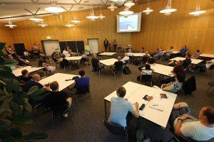 Mit Abstand und in zwei Gruppen wurden die neuen Teilnehmerinnen und Teilnehmer zur Eröffnung der neuen Umschulungsmaßnahmen im BFW Leipzig begrüßt. © M. Lindner, BFW Leipzig