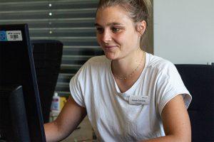 Hannah Gomolzig, Werkstudentin am BTZ Leipzig, schreibt ihre Masterarbeit zu den Wirkungen der Maßnahmen der beruflichen Rehabilitation auf die psychische Gesundheit. © M. Lindner, BFW Leipzig