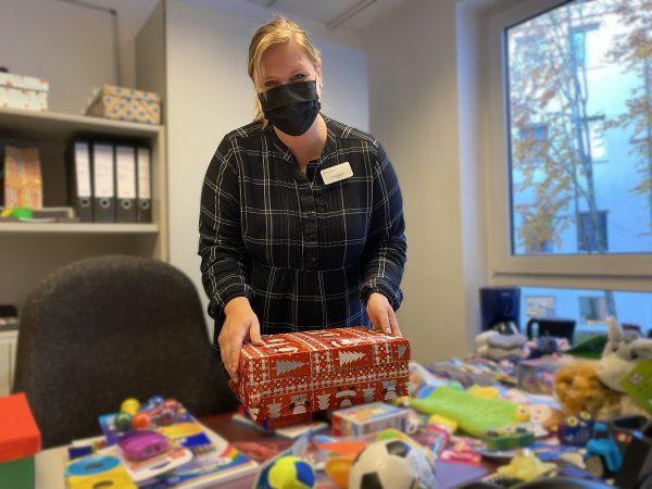 Paracelsus packt Weihnachtsgeschenke für bedürftige Kinder