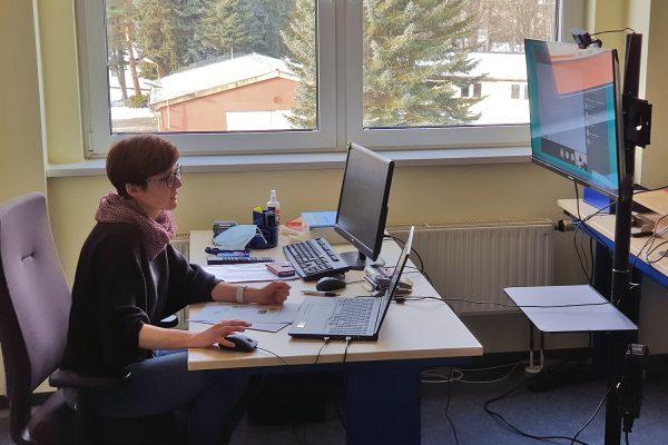 Susan Hunger in einer Videokonferenz mit Teilnehmenden in der Außenstelle Chemnitz des BFW Leipzig. © Rigo Wünsch, BFW Leipzig