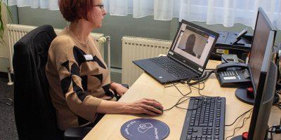Beate Fuchs im Gespräch mit einem Teilnehmer am Online-Assessment im BFW Leipzig. © Michael Lindner, BFW Leipzig